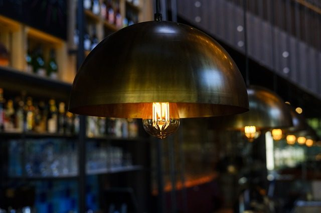 Lampe in einer Bar.